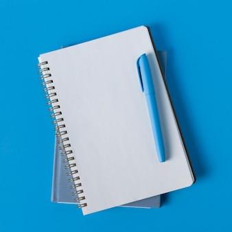 Blauer montag mit notizblock und stift