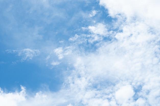 Blauer naturhimmelhintergrund und -wolken
