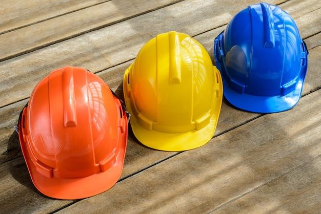 Blauer, orange, gelber harter schutzhelmbauhut für sicherheitsprojekt