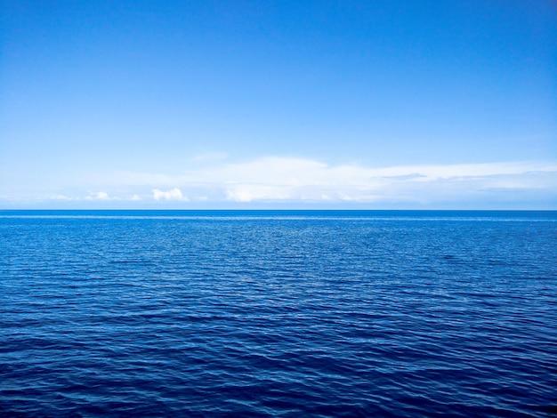 Blauer ozean und himmel mit clous am horizont
