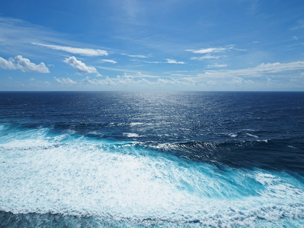 Blauer ozean und kleine welle am sonnigen tag mit klarem himmel.