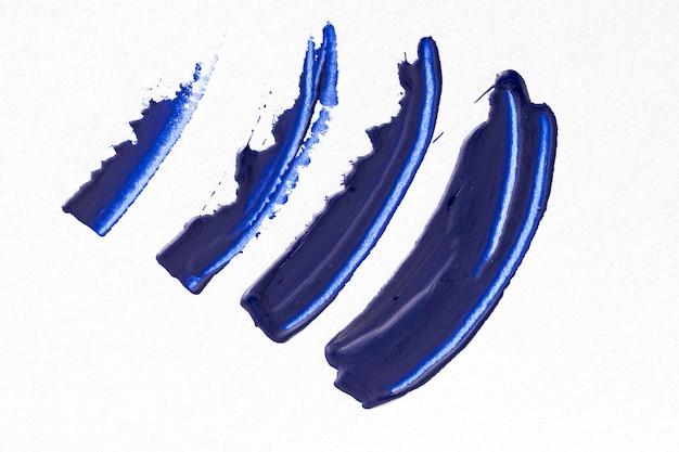 Blauer pinselstrich auf weißem hintergrund