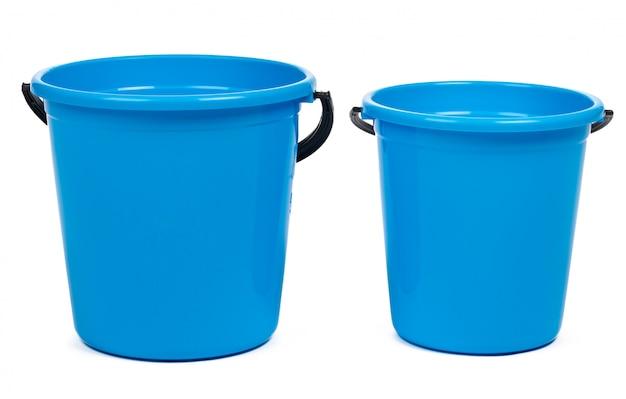 Blauer plastikeimer für das säubern lokalisiert auf weißem hintergrund