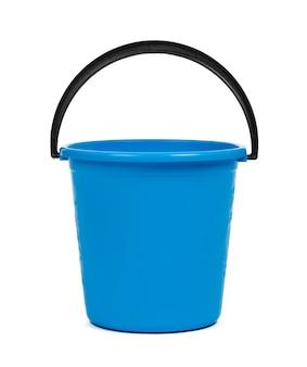 Blauer plastikeimer zur reinigung isoliert auf weißer oberfläche