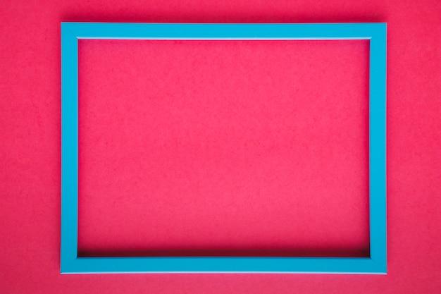 Blauer rahmen auf rosa hintergrund