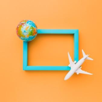 Blauer rahmen mit flugzeug und globus