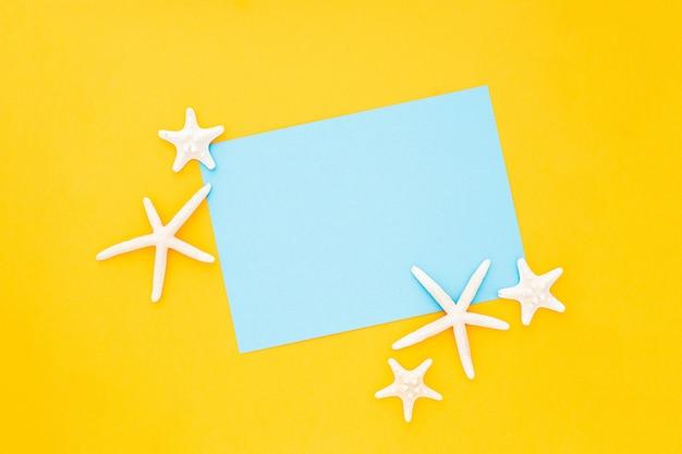 Blauer rahmen mit starfishes herum auf gelbem hintergrund