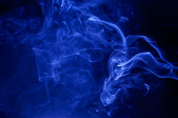 Blauer rauch auf schwarzem hintergrund