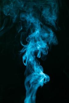 Blauer rauch verbreitet auf schwarzem hintergrund