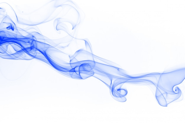 Blauer rauchabstraktion auf weißem hintergrund für design