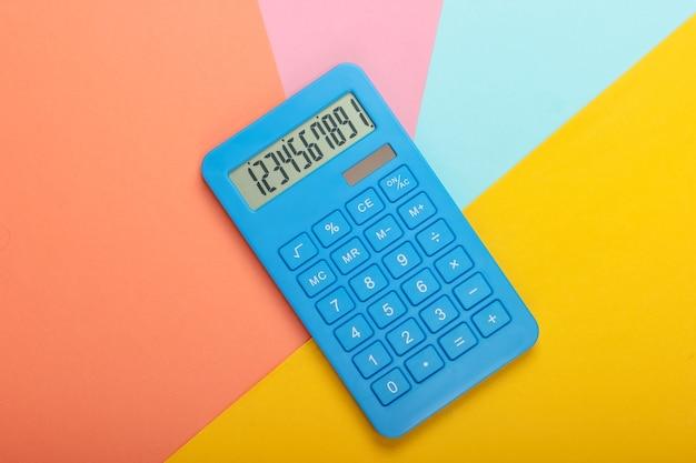 Blauer rechner auf farbigem pastellhintergrund. berechnung oder zählung. minimalismus. draufsicht