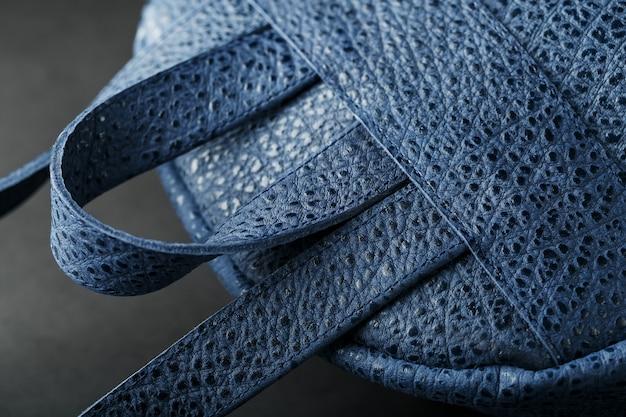 Blauer rucksack aus echtem leder auf dunklem