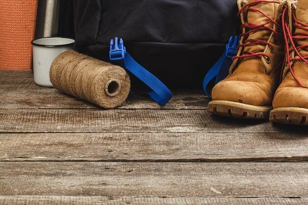 Blauer rucksack und wanderschuhe. bergausrüstung hautnah