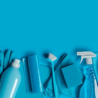 Blauer satz werkzeuge und reinigungswerkzeuge für frühjahrsputz.