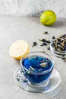 Blauer schmetterlingserbsen-blumentee