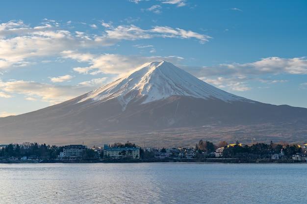 Blauer schöner himmel mit blick auf mount fuji in japan