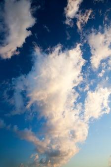 Blauer schöner himmel mit wolken tagsüber, die wolken am himmel werden durch sonnenlicht, helles und schönes wetter mit einer blauen himmelslandschaft beleuchtet illuminated