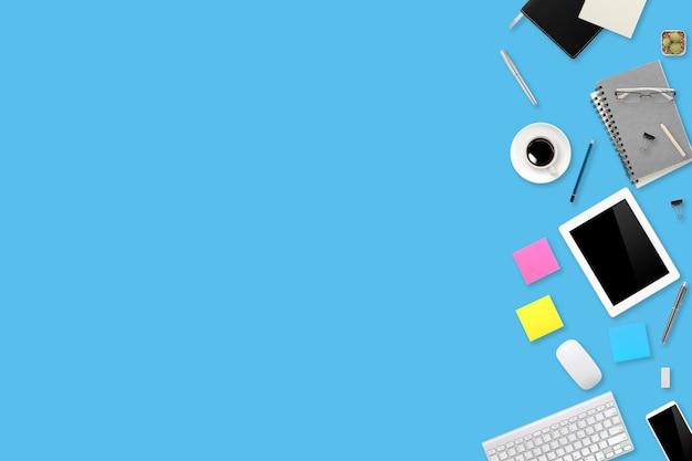 Blauer schreibtisch des büroarbeitsplatzes der flachen lage oder der draufsicht mit laptop-computer, kaffeetasse und telefonhintergrund