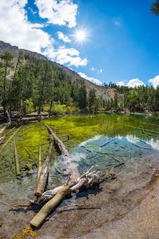 Blauer see der großen höhe in der idyllischen unberührten umwelt mit sauberem und transparentem wasser