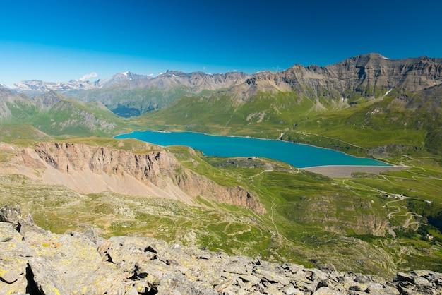 Blauer see der großen höhe, verdammung auf den italienischen französischen alpen. weitblick von oben, klarer blauer himmel.