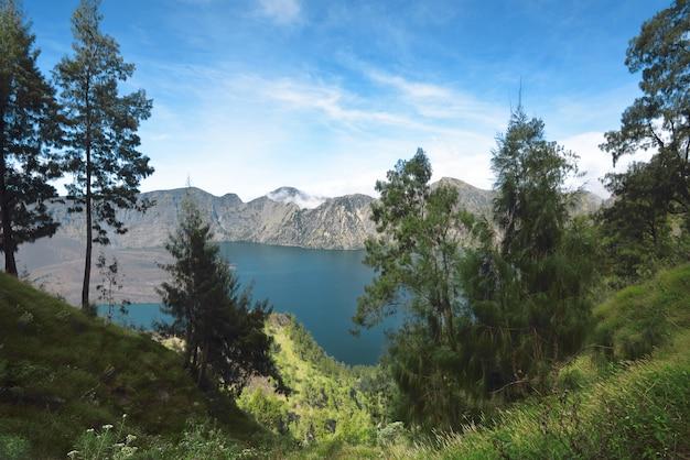 Blauer segara anak see auf dem krater des mount rinjani