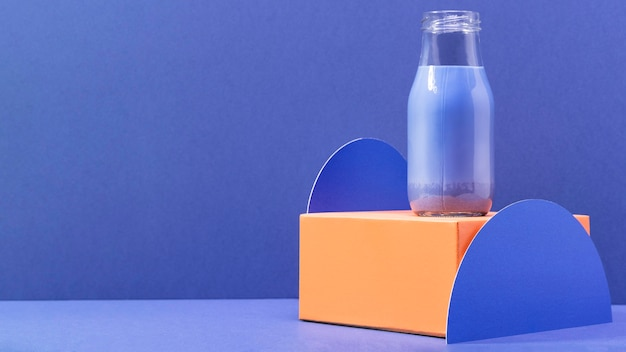 Blauer smoothie der vorderansicht in der flasche mit kopierraum
