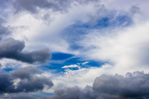 Blauer sonniger himmel mit schweren wolken