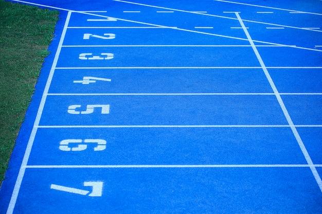 Blauer sportplatz bereit für eine meisterschaft