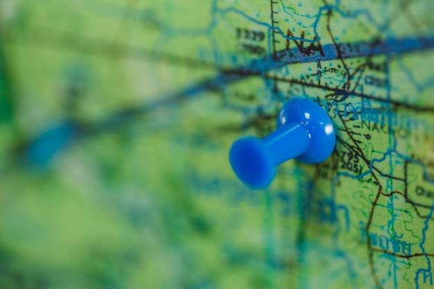Blauer stift auf karte