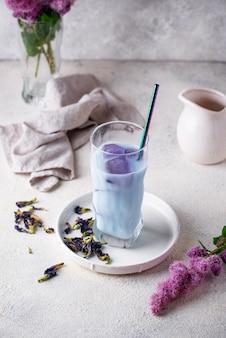 Blauer tee der schmetterlingserbse mit milch