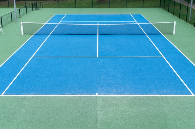 Blauer tennisplatz auf im freien