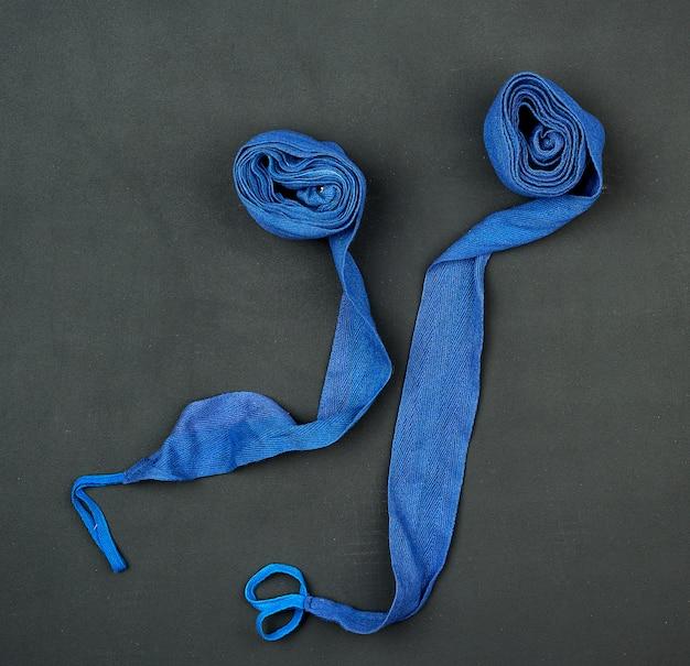 Blauer textilverband zum einwickeln der hände