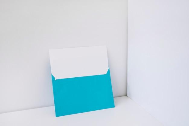 Blauer umschlag mit papier innen