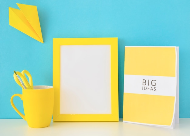 Blauer und gelber arbeitsplatz für kreative ideen