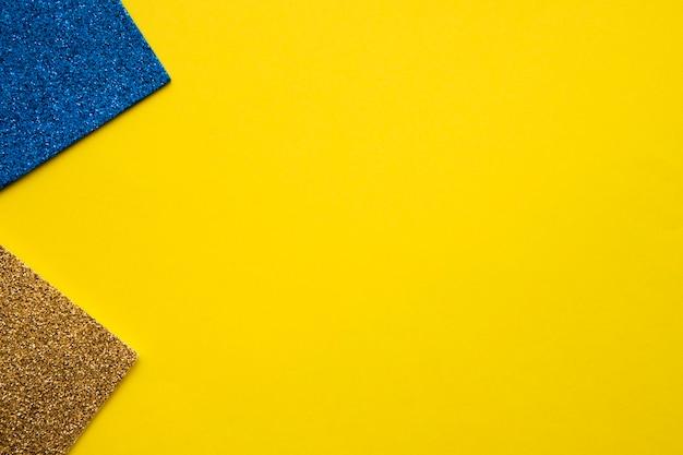 Blauer und goldener teppich auf gelbem hintergrund