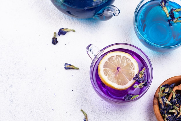 Blauer und lila tee schmetterlingserbse