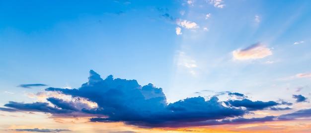 Blauer und orange sonnenuntergang der wolken und des himmels.