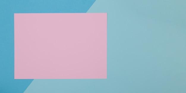 Blauer und rosa hintergrund, farbiges papier unterteilt sich geometrisch in zonen