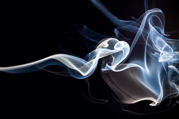 Blauer und weißer abstrakter hintergrund des rauches, dunkelheitskonzept