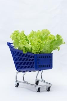 Blauer wagen voller salat