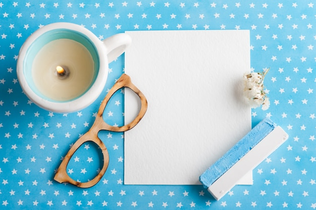 Blauer weißer sterntabellenschreibtisch mit leerem notizblock