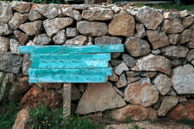 Blauer zeiger über einem hintergrund von steinen