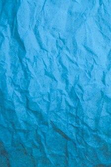 Blauer zerknitterter papierhintergrund.