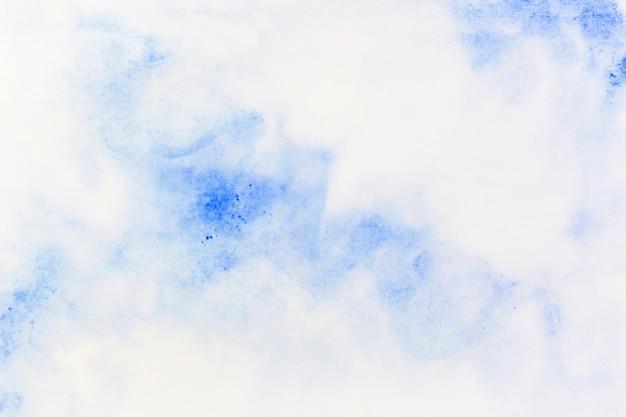 Blaues aquarell auf papier verteilt