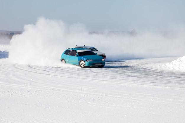 Blaues auto gewinnt ein auto-eisrennen