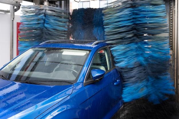 Blaues auto im waschzentrum