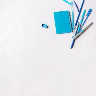 Blaues briefpapier auf weißem hintergrund