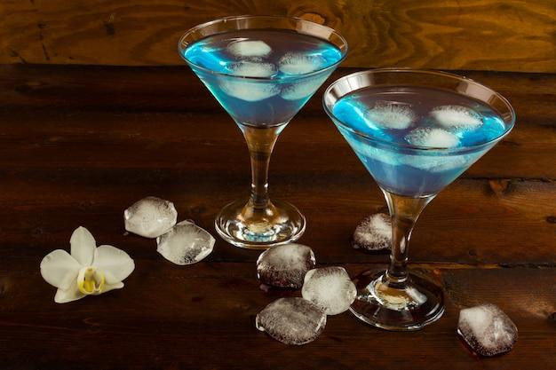 Blaues cocktail in den gläsern eines martini