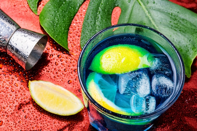 Blaues cocktail mit eis. alkoholgetränk