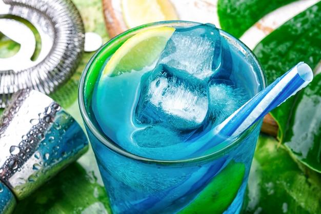 Blaues cocktail mit eis